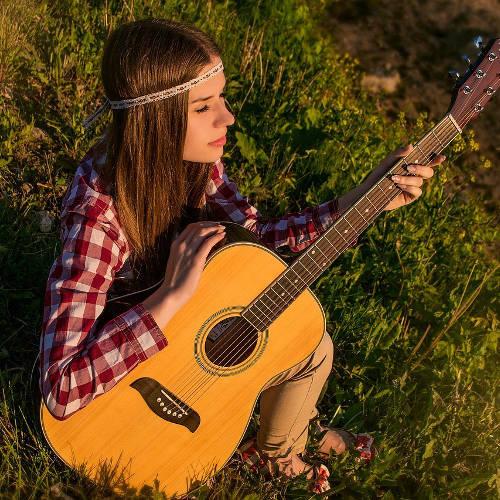 gitarrenunterricht ehrenfeld gitarre-lernen-köln-ehrenfeld-musikschule frau akustikgitarre hippie gras