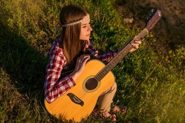 akustikgitarre -köln-ehrenfeld-musikschule frau hippie gras