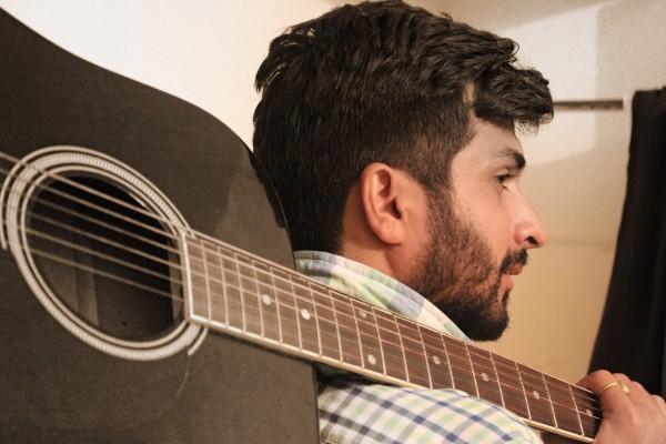 akustikgitarre-lernen-köln-ehrenfeld-musikschule bühne schulter akustikgitarre