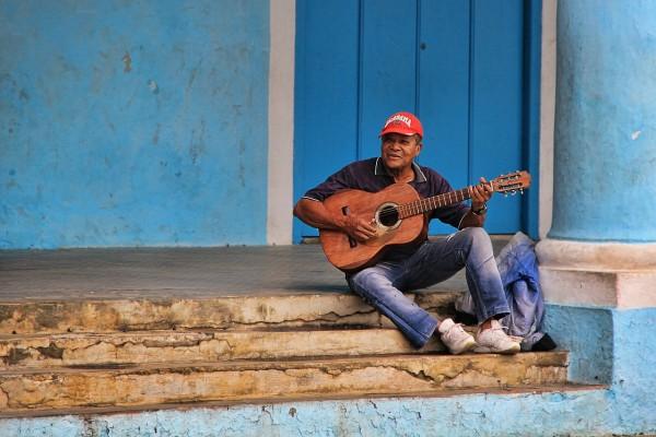 akustikgitarre-lernen-köln-ehrenfeld-musikschule blaue wand