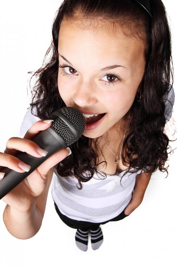 ehrenfelder-musikschule-köln-gesangsunterricht mädchen mit schwarzem mikrofon